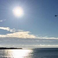 Un avion des Forces canadiennes survole les eaux près du havre