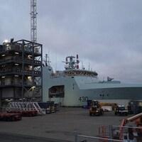 Un patrouilleur destiné à la marine canadienne accosté dans un port.