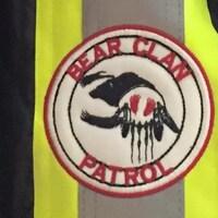 Le logo de la patrouille communautaire Bear Clan, sur lequel on peut distinguer un ours.
