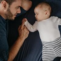 Un père et son bébé dans un lit