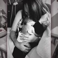 Le petit Oly dans les bras d'Anik Lavigne.