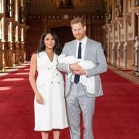 Le Prince Harry et sa femme Meghan posent avec leur nouveau-né.