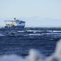 Sur le fleuve Saint-Laurent mouvementé, le Bella Desgagné et son équipage attendent que les vents se calment pour pouvoir accoster au quai de Rimouski.