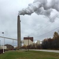 La cheminée de la centrale dégage un  épais panache de vapeur.