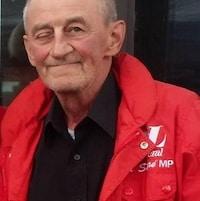 Un homme vêtu d'un manteau rouge.