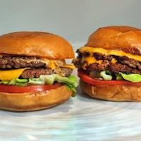 Deux hamburgers végétaliens.