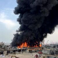Des flammes et de la fumée qui montent dans la zone portuaire de Beyrouth.