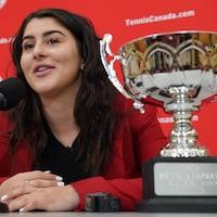 Bianca Andreescu avec le trophée Lou-Marsh de l'athlète par excellence au Canada.