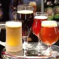 Quatre verres de bière, une blonde, une rousse, une brune une ambrée.