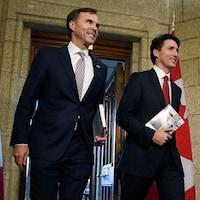 Bill Morneau et Justin Trudeau marchant vers la Chambre des communes