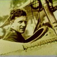 Un homme assis dans le cockpit d'un bilpan.