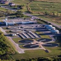 Vue aérienne des installations, comptant plusieurs immeubles et des silos.