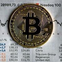 Un jeton de bitcoin sur un journal.