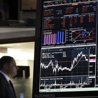 Un homme observe la fluctuation des marchés financiers.