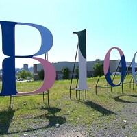 Les lettres géantes sont installées sur le terrain.