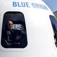 Le fondateur de Blue Origin prend position dans une reconstitution de son module spatial lors d'une rencontre avec la presse à Colorado Springs le 26 avril 2021.