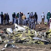 Des membres de la police fédérale éthiopienne s'activent sur les lieux de l'écrasement, près de la ville de Bishoftu.
