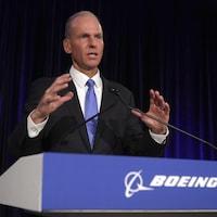 Le directeur général de Boeing, Dennis Muilenburg, prend la parole lors d'une conférence de presse.
