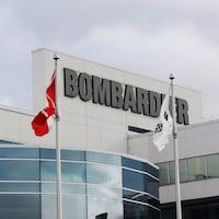 Le logo de Bombardier sur un édifice de la compagnie situé à Montréal.