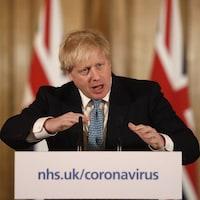 Boris Johnson s'adresse aux journalistes.