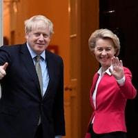 Le premier ministre Boris Johnson et la présidente de la Commission européenne Ursula von der Leyen saluent les médias à Londres.