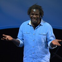L'humoriste Boucar Diouf devant une voile