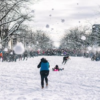 La bataille de boules de neige fait rage sur Main Mall à l'Université de la Colombie-Britannique.
