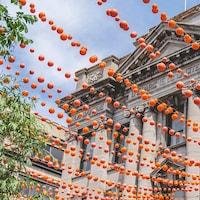 Des boules oranges.