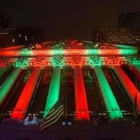 L'édifice de la Bourse de New York, le New York Stock Exchange, illuminé aux couleurs de Noël.