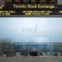 Les cours du pétrole sur un écran à la Bourse de Toronto.