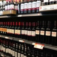 Un étalage de bouteilles de vin à la Société des alcools du Québec