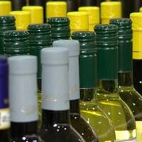 Des bouteilles de vin alignées dans un magasin d'alcool