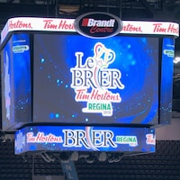 Image d'un écran géant avec inscrit dessus le Brier Tim Horton Regina.