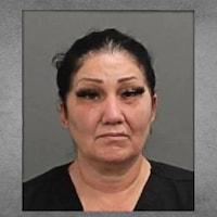 Photo de l'accusée qui regarde droit à la caméra.