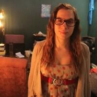 Brittany Marie Smith, debout, pose dans sa maison pour le photographe.