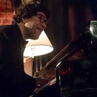 Une homme jouant du piano.
