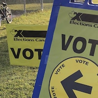 Une pancarte jaune avec l'inscription Élections Canada Vote.