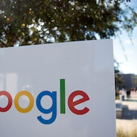 Le logo de Google devant les bureaux de l'entreprise, en Californie