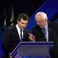 Pete Buttigieg et Bernie Sanders discutent lors d'une pause pendant un débat tenu en septembre 2019 à Houston, au Texas.