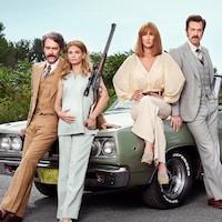 Les actrices et acteurs posent habillés et coiffés comme dans les années 1970 devant une voiture d'époque. Une des deux actrices tient une carabine de chasse.