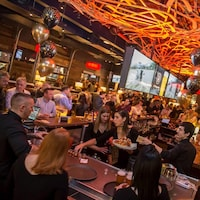Des gens prennent un verre dans un restaurant.