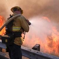 Un pompier combat le brasier le long de l'autoroute Ronald Reagan à Simi Valley, en Californie.