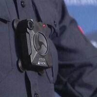 Un policier porte une caméra d'intervention sur son uniforme.
