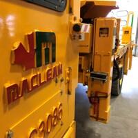 Le camion est vu en gros-plan, avec le logo MacLean en avant-plan.