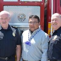 Randy Moss, chef adjoint du service d'incendie de Hamilton, Will Windigo, chef de la Première Nation Nigigoonsiminikaaning, Dave Cunliffe, chef du service d'incendie de Hamilton.