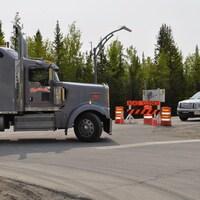 Un camion est bloqué par une barricade près de Enterprise sur l'autoroute 1.