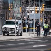 Deux policiers marchent près de la camionnette utilisée par le tueur.