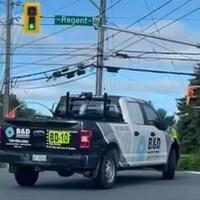 Une camionnette tourne dangereusement au beau milieu d'une intersection importante.