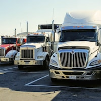 3 camions stationnés en parallèle