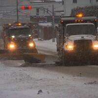 Des camions déblaient la neige.